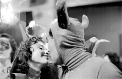 Hombre disfrazado de diablo besa a mujer