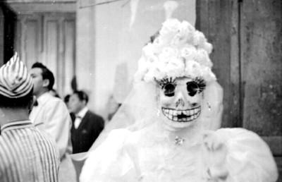Hombre con disfraz de la muerte en el carnaval de San Carlos