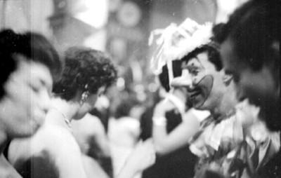 Parejas conversan durante el carnaval de San Carlos