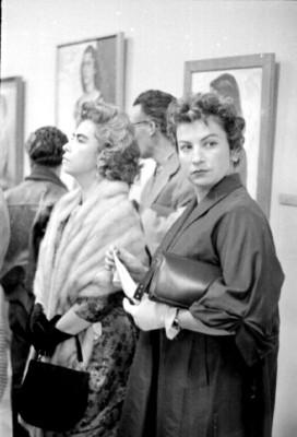 Mujeres con abrigos de piel en una exposición de arte