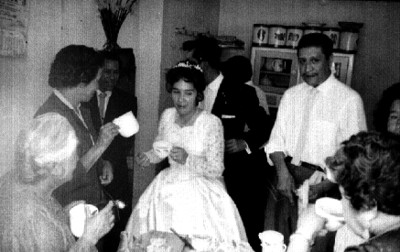 Novios festejando su boda