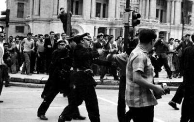 Policias ponen orden durante una marcha de maestros