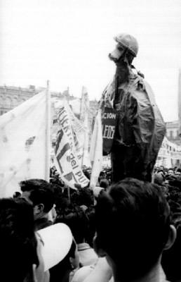 Maestros con monigote durante una manifestación