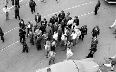 Granaderos y policias ponen orden durante una manifestacion
