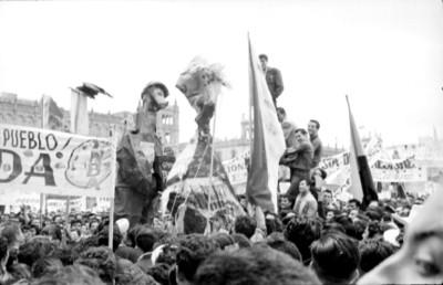 Maestros con pancartas y monigotes durante una manifestación
