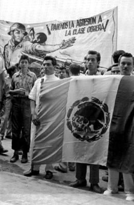 Estudiantes con una bandera durante una manifestación