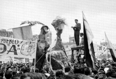 Lider habla ante manifestantes en el zócalo