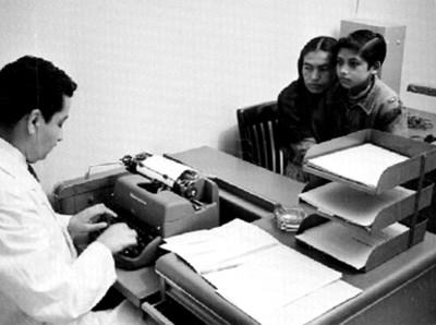 Médico atiende a pacientes en un consultorio