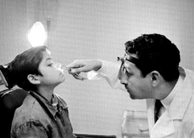 Médico examina la boca a niño