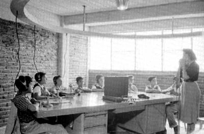 Terapeuta y niños en una sala de audición