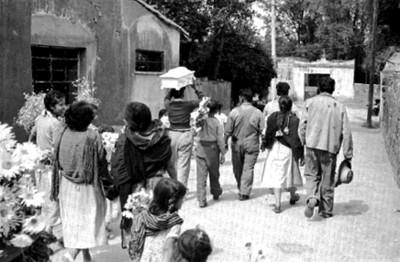 Cortejo fúnebre de un niño en una calle de San Ángel