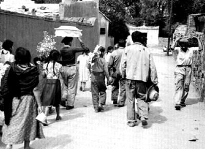 Gente durante el sepelio de un niño en San Ángel