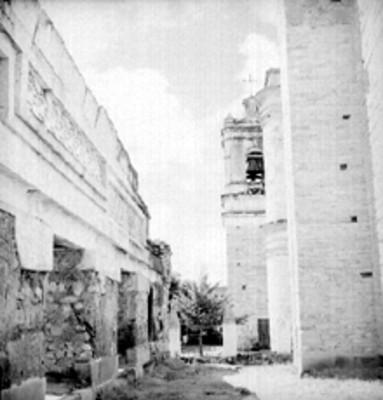 Muro arqueológico y campanario, vista lateral