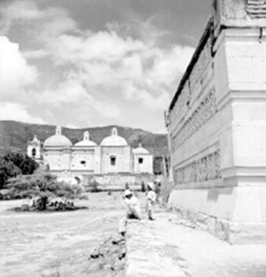 Muro prehispánico e iglesia al fondo