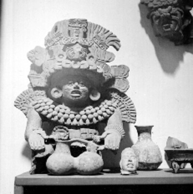 Dios prehispánico y vasijas