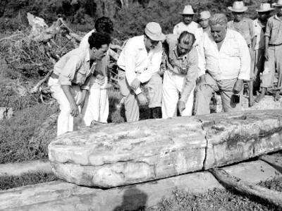 Hombres observan una estela durante una expedición