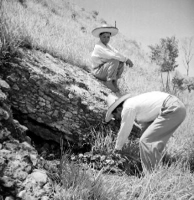 Hombres limpian parte de un montículo