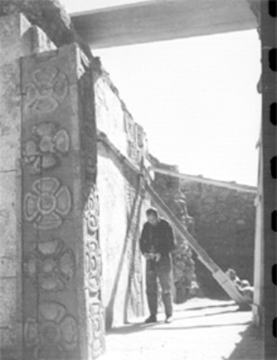 Fotógrafo en el Templo de Quetzalpapalotl durante su restauración
