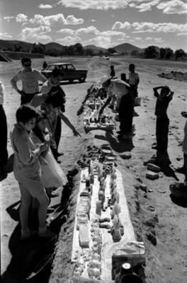 Gente compra piezas arqueológicas en Teotihuacán