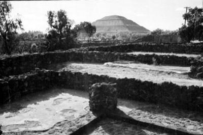 Edificación y pirámide del Sol al fondo
