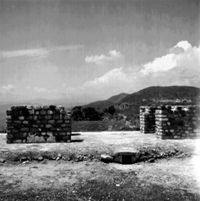 Columnas sobre un edificio de Xochicalco, detalle