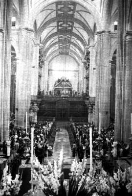 Gente durante una misa en la Catedral
