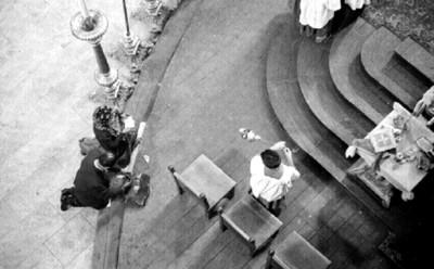 Monaguillo durante una misa en la Catedral