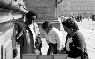 Mujeres compran objetos religiosos frente a la Catedral