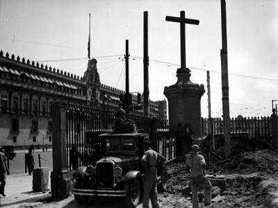 Hombres realizan labores de restauración en el atrio de la Catedral