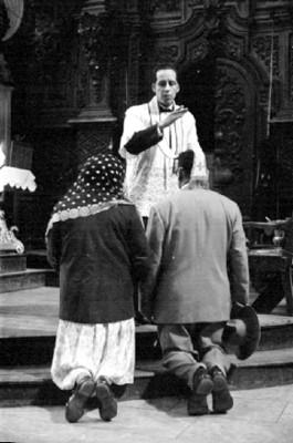 Pareja recibe la bendición del sacerdote