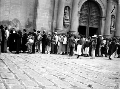 Gente formada en el atrio de la Catedral