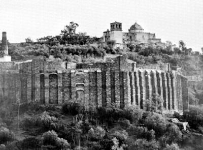 Contrafuertes e iglesia La Valenciana