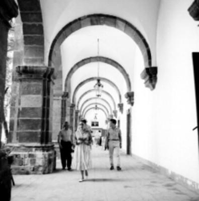 Gente en los pasillos del Instituto Ignacio Ramírez