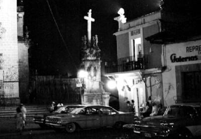 Automoviles junto al atrio de la parroquía de Santa Prisca