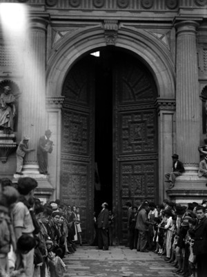 Feligreses forman valla en el atrio de la Catedral Metropolitana