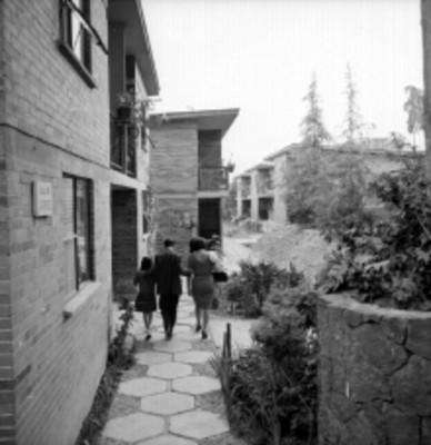 Familia camina en la calle del Jarabe