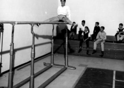Niños en una clase de gimnasia