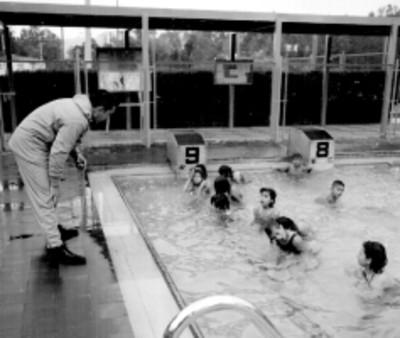 Adolescentes durante una clase de natación