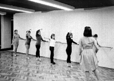 Mujeres y niñas en una clase de ballet