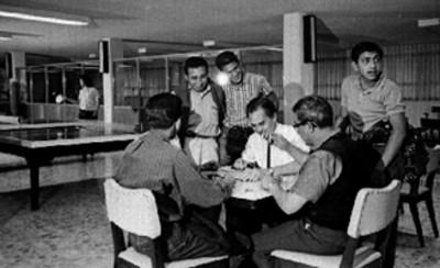 Hombres juegan domino