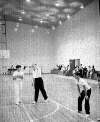 Adolescentes entrenan en un gimnasio
