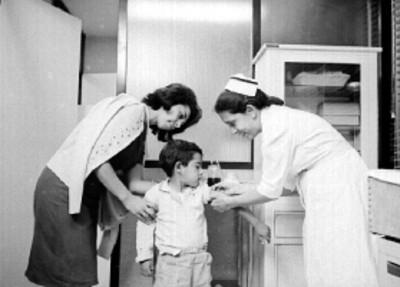 Enfermera vacuna a niño