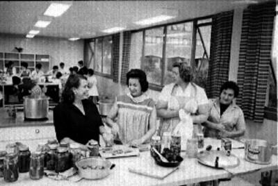Mujeres preparan comida en una cocina