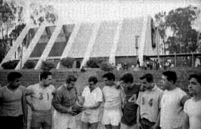 Jugadores de futbol americano en un campo
