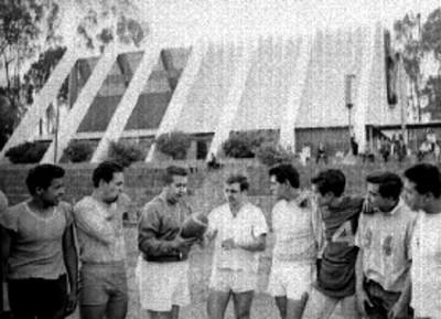 Jugadores entrenan futbol americano
