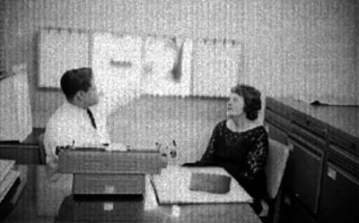 Médico muestra radiografías a paciante en un consultorio