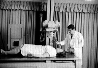 Médico toma radiografías a paciente