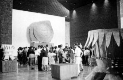 Gente en una sala del museo