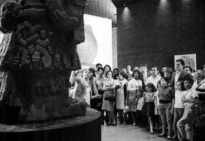 Guía dirige a visitantes en el Museo Nacional de Antropología