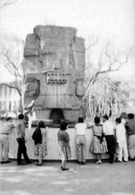 Gente frente a la figura del dios Tlaloc